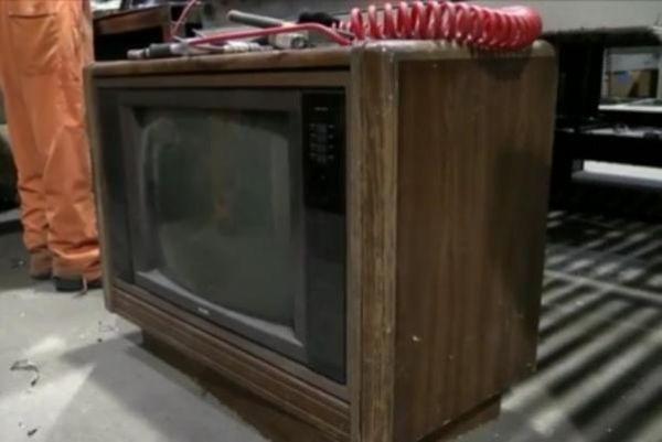 Приличная денежная заначка, найденная в старом телевизоре