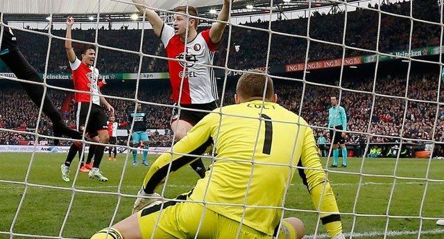 Голландский вратарь занёс мяч в ворота, пытаясь встать на ноги
