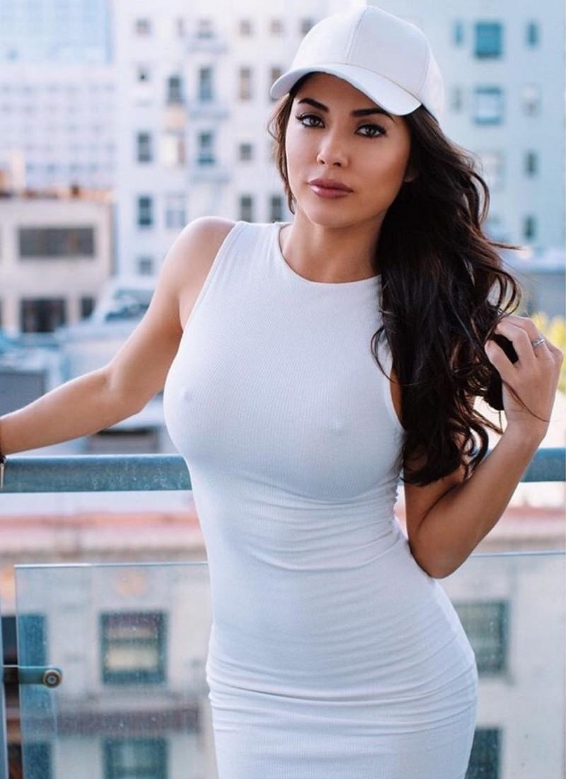 Красивая девушка без бюстгальтера