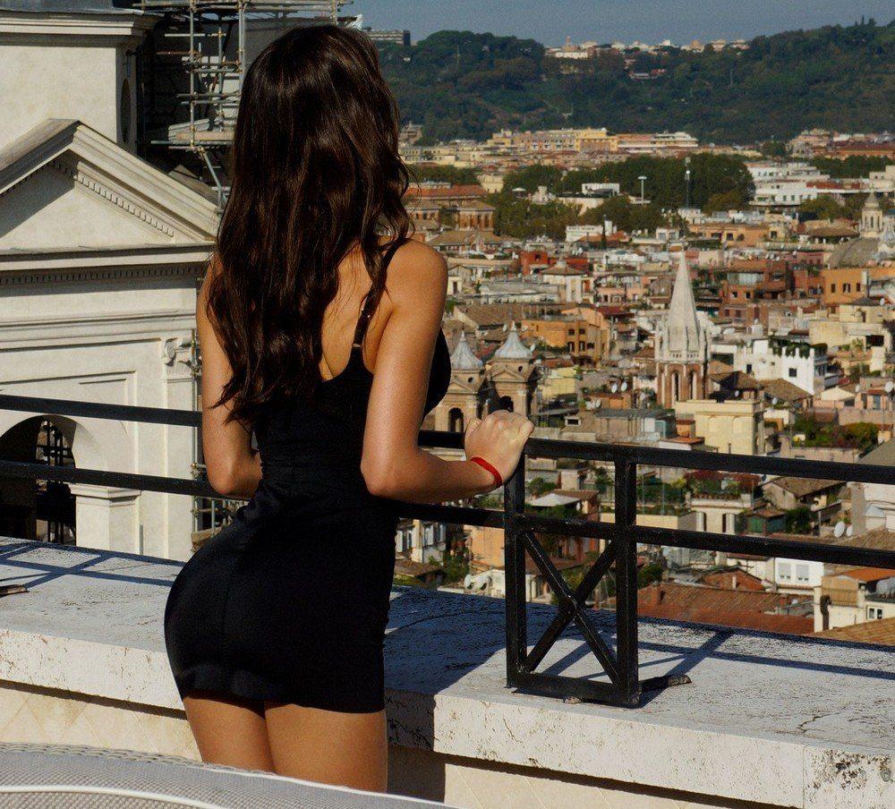 поставило самые шикарные брюнетки фото сзади в платьях ней подружились
