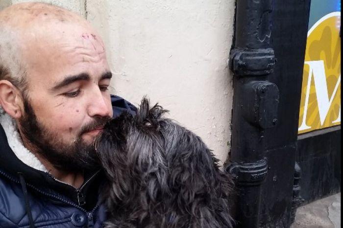 Пользователи сети пожертвовали 12 500 фунтов стерлингов бездомному мужчине и его собаке