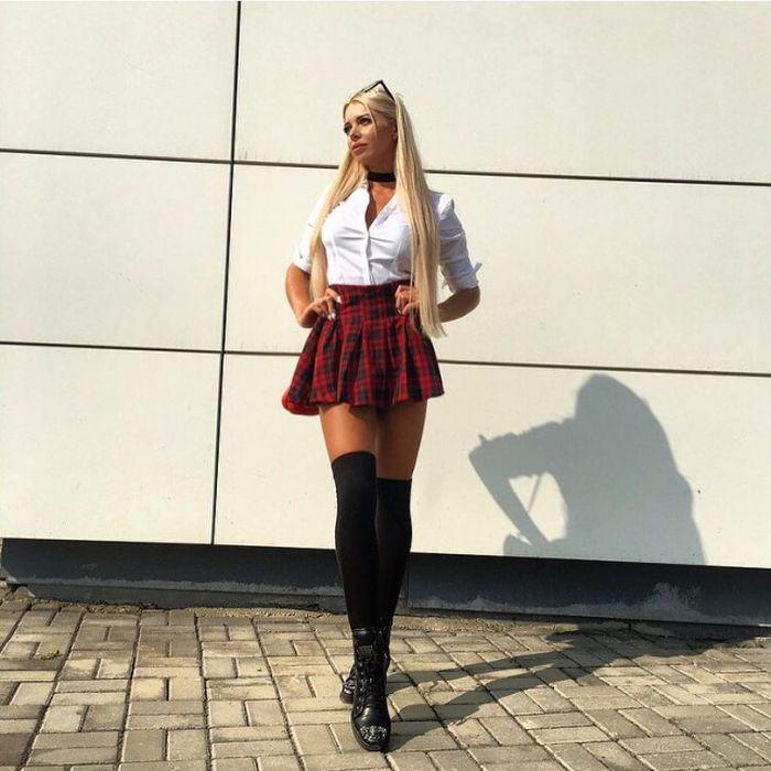 Эффектные девушки в коротких юбках, девушка дрочит связанному мужику