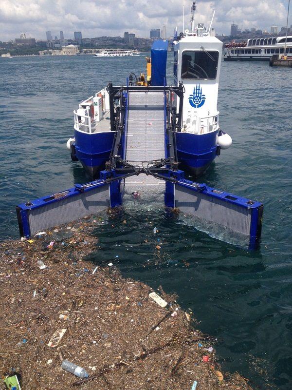 Как чистят от мусора побережье Босфора