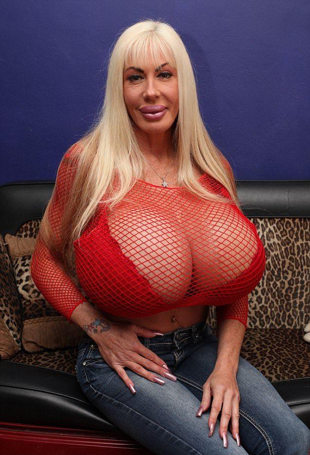 У порноактрисы протекает трехлитровая грудь