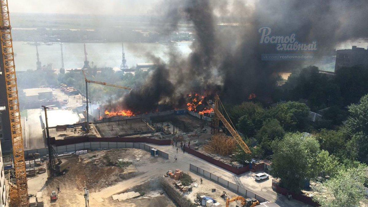 В Ростове горит целая улица в частном жилом секторе, жителям которой застройщики две недели назад угрожали поджогами
