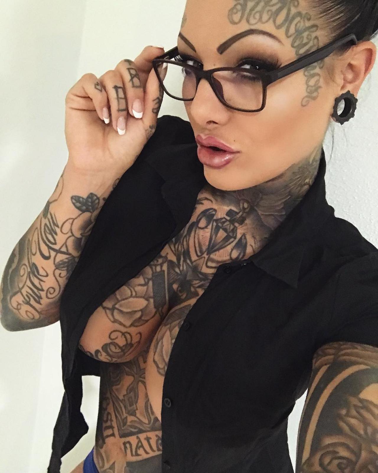 devushki-s-tatuirovkami-porno