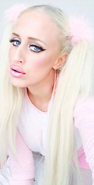 Порнозвезда Алисия Амира, которая хочет быть похожа на куклу Барби