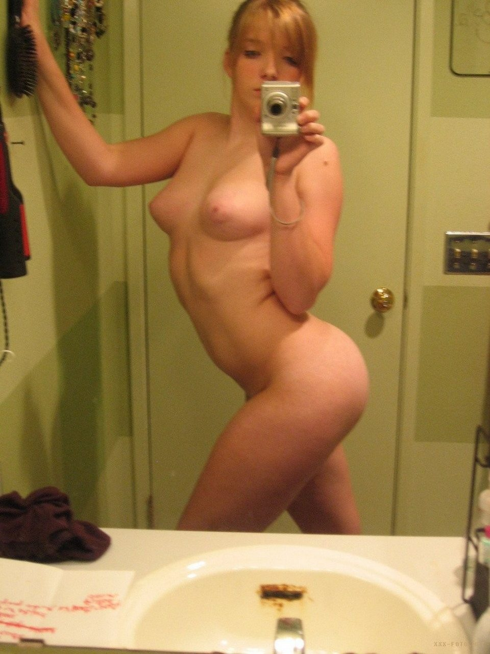 двое голые фотографируют себя в зеркале страшит