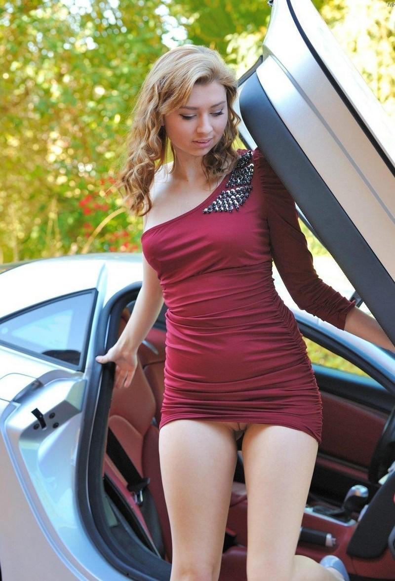Засветы под платьем у девушек #9