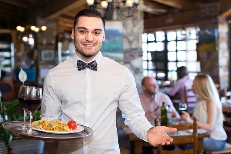 Уловки официантов, которые заставляют гостей платить больше